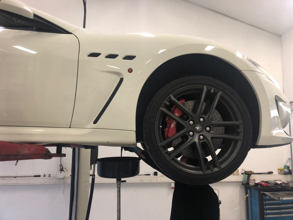 hvid sportsbil autoservice
